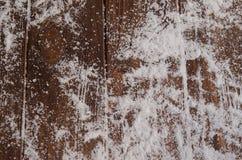 Cristales del hielo en un fondo de madera natural Fotos de archivo