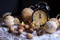 Cristales del hielo en un fondo de madera natural Humor de la Navidad Foto de archivo libre de regalías
