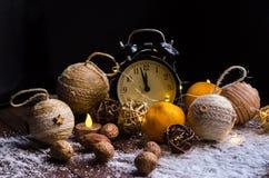 Cristales del hielo en un fondo de madera natural Humor de la Navidad Fotos de archivo libres de regalías