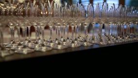 Cristales en el contador almacen de metraje de vídeo