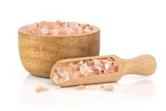 Cristales himalayan rosados de la sal aislados en blanco foto de archivo