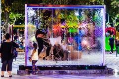 Cristales que fluyen del agua en parque público en la noche en Turquía Imagen de archivo libre de regalías