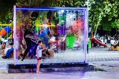 Cristales que fluyen del agua en parque público en la noche en Turquía Imagen de archivo