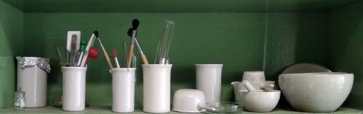 Cristalleria chimica ceramica per gli esperimenti sullo scaffale Fotografia Stock