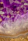 Cristalli ametisti con la parte della roccia della pietra ametista fotografia stock libera da diritti