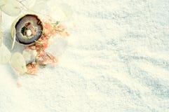 Cristalli con i sali misti e le erbe su un asciugamano Immagini Stock Libere da Diritti