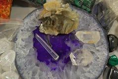 Cristalli curativi naturali del chiaro quarzo visualizzati sulla tavola fotografia stock libera da diritti
