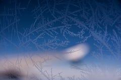 Cristalli di ghiaccio congelati sull'aeroplano interno della finestra Immagini Stock Libere da Diritti