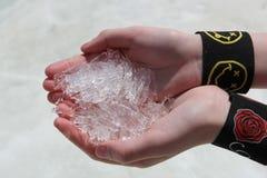 Cristalli di ghiaccio nelle mani Immagini Stock Libere da Diritti