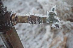 Cristalli di ghiaccio sul rubinetto immagini stock libere da diritti