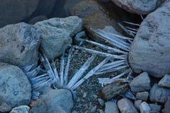 Cristalli di ghiaccio sulle pietre Immagine Stock Libera da Diritti