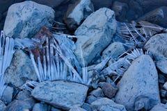 Cristalli di ghiaccio sulle pietre sulla banca della fine del lago su Immagine Stock Libera da Diritti
