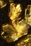 Cristalli dorati dell'acido ascorbico immagini stock libere da diritti