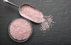 Cristalli himalayani rosa del sale in una ciotola di vetro fotografia stock libera da diritti