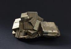 Cristalli isolati della pirite con il intergrown striato dorato dei cubi immagine stock libera da diritti