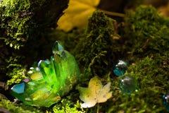 Cristalli magici verdi brillanti nella foresta Fotografia Stock