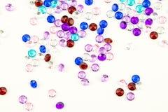 Cristalli multicolori isolati su fondo bianco Fondo astratto delle gemme Diamante Immagine Stock