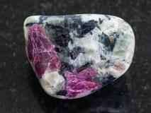 cristalli rosa lucidati del corindone in roccia su buio Fotografia Stock Libera da Diritti