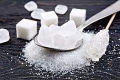 Cristallin blanc de sucre dans la cuillère à bord Images stock