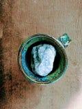 Cristallo blu in tazza blu Fotografia Stock Libera da Diritti