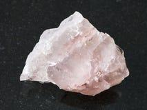 cristallo crudo della pietra preziosa del quarzo rosa su buio Fotografie Stock