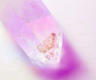 Cristallo di quarzo illuminato da colore immagine stock libera da diritti