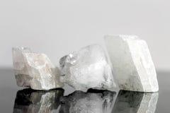 Cristallo di quarzo non tagliato, pietre curative di concetto Immagini Stock Libere da Diritti