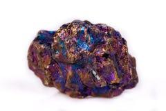 Cristallo di titanio del macro arcobaleno blu di pietra minerale backg bianco immagini stock