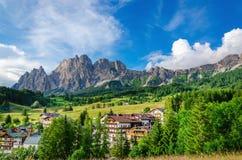 Cristalo kant- och gräsplanängar i Dolomites Royaltyfria Bilder