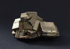 Cristaux d'isolement de pyrite avec l'intergrown strié d'or de cubes image libre de droits