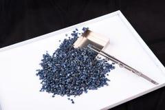 Cristaux de saphir bleus crus, non coupés et rugueux Image libre de droits
