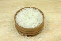Cristaux de sel de mer dans une cuvette en bois photos stock