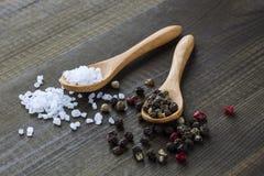 Cristaux de sel et poivre de couleur Image stock