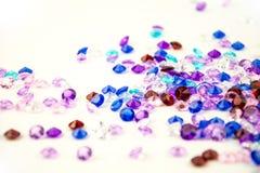Cristaux multicolores d'isolement sur le fond blanc Fond abstrait de gemmes Diamant Photos stock
