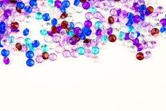 Cristaux multicolores d'isolement sur le fond blanc Fond abstrait de gemmes Diamant Images libres de droits