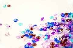 Cristaux multicolores d'isolement sur le fond blanc Fond abstrait de gemmes Diamant Photographie stock libre de droits