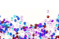 Cristaux multicolores d'isolement sur le fond blanc Fond abstrait de gemmes Diamant Photo stock