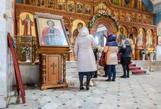 Cristiani ortodossi dentro la chiesa della resurrezione nel noioso Fotografia Stock