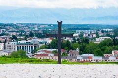Cristianismo en Georgia, un monumento cruzado en Kutaisi imagenes de archivo
