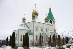 Cristianismo verde de las bóvedas del oro del tejado de las paredes blancas de la iglesia ortodoxa fotografía de archivo