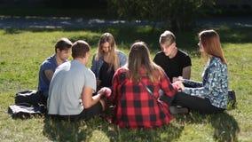 Cristianos jovenes que se sientan en círculo y que ruegan almacen de metraje de vídeo