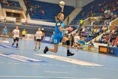 Cristina Varzaru, giocatore degli attacchi di CSM Bucarest durante la partita con MKS Selgros Lublino Fotografia Stock