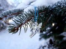 cristmas Baum-Spielzeugengel unter dem Schnee auf einem Fichtenzweig Lizenzfreies Stockbild