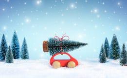 Cristmas entrante Concept Car que leva uma árvore de Natal imagens de stock