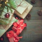 Cristmas gåvor i röd dekor under Xmas-träd ovanför sikt Annandag fotografering för bildbyråer