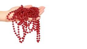 Cristmas garnering, keramisk röd bollkedja i handen som isoleras på vit bakgrund Objekt för nytt år, Mardi Gras pärlor Kopierings royaltyfria foton
