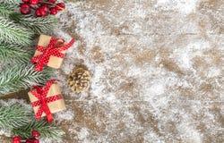 Cristmas-Geschenk auf Holz, Schnee Lizenzfreie Stockfotos