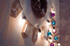 Cristmas-Girlande mit Wortweihnachts- und -blitzbirnen Lizenzfreies Stockfoto