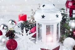 Cristmas-Laterne mit Dekorationen und Schnee Stockbilder