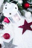 Cristmas-Laterne mit Dekorationen und Schnee Stockfotos